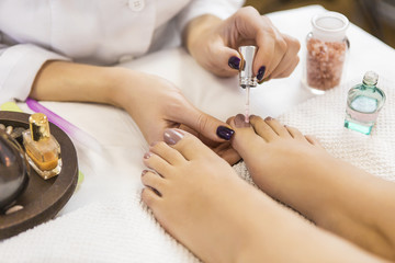 Fotorolgordijn Pedicure Pedicure at beauty salon. Nail polishing. Close up.