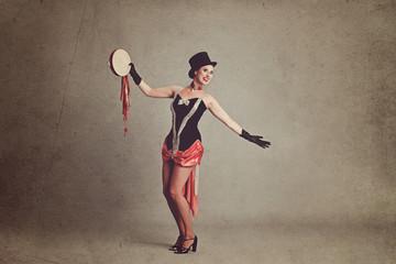 femme cirque vintage avec tambourin