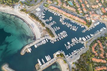 Vista aerea del bellissimo porto Ottiolu in costa smeralda. barche,case e mare immersi nel verde