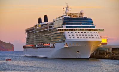 Kreuzfahrtschiff im Abendrot im Hafen