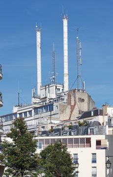 Antennes relais sur toit de Paris