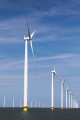 Offshore-Windpark vor blauemn Himmel im IJsselmeer, bei Noordoostpolder, Flevoland, Niederlande