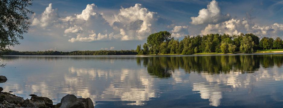 Wolkenstimmung über dem Auesee in Wesel