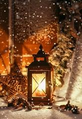 Laterne in der Weihnachtszeit strahlt Wärme aus