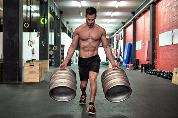 Man working out with drafts in a gym