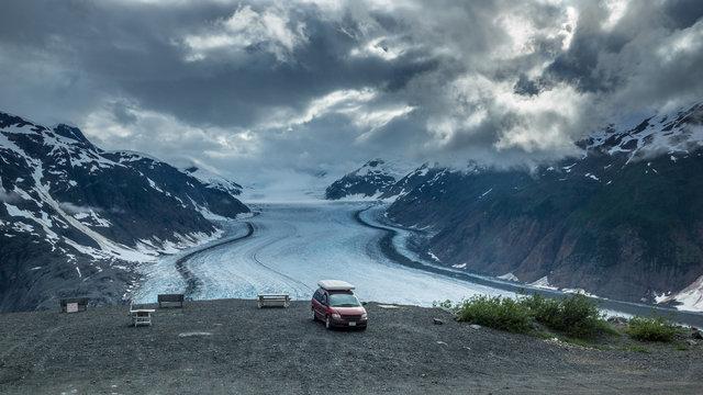 Über dem Gletscher, Campervan mit atemberaubende Aussicht auf den Salmon Glacier bei Steward/Hyder, British Columbia, Kanada