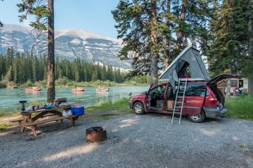Dachzelt und Campervan auf Campground nahe Canmore, Banff Nationalpark, Kanada