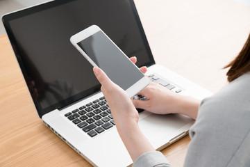 フィンテック、オンライン決済、ノートパソコン、スマートフォン、女性、ワンタイムパスワード