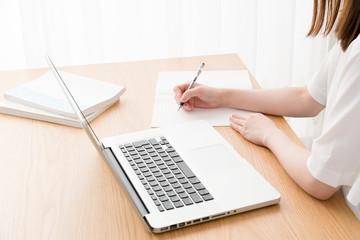 eラーニング、女性、パソコン、ノート