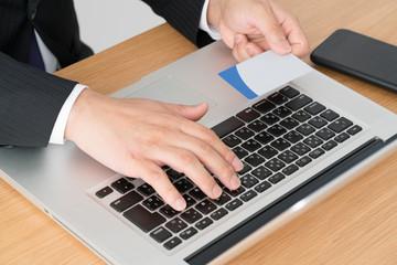 フィンテック、オンライン決済、ノートパソコン、スマートフォン、男性、クレジットカード