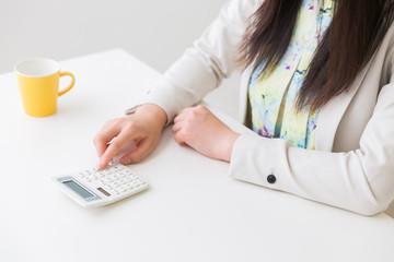女性の手元 電卓 ビジネス