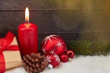 Kerze mit Flamme zu Weihnachten