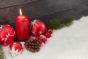 Frohe Weihnachten mit Kerze als Dekoration