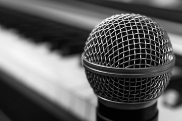 Microphone on the keys of the electronic piano