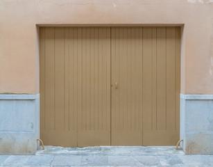 Garagentor aus Holz in beige