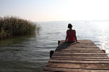 Frau auf einem Holzsteg