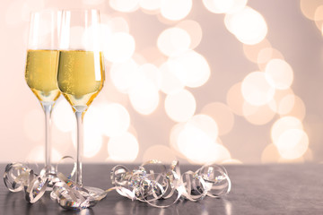 Champagner Gläser mit unscharfem Hintergrund
