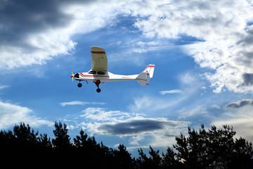 Samolot sterowany radiowo w powietrzu na pochmurnym niebie.