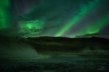 Polarlichter über heißen Quellen