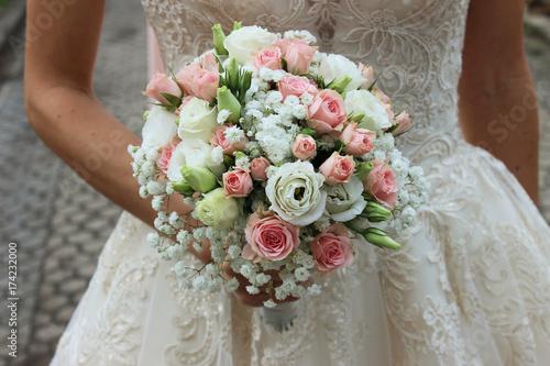 Braut Mit Hochzeitsstrauss Rosa Rosen Stock Photo And Royalty Free