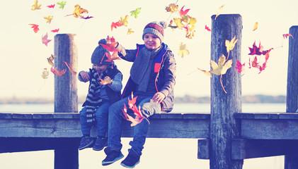 glückliche Kinder im Herbst