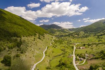 Vista aerea di una strada di montagna con un piccolo paese
