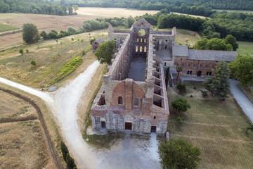 Foto aerea dell'abbazia di San Galgano. Monumento religioso senza tetto in Toscana