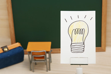 学習 ひらめきイメージ  電球のイラストと机と黒板