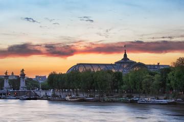 Le grand palais de Paris au coucher de soleil Fototapete