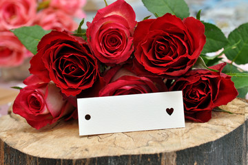 Rosenstrauß und Kärtchen mit Herz