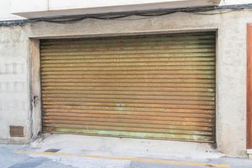 Altes Tor einer Garage aus Metall