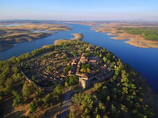 Granadilla, Extremadura desde el aire. Granadilla, antiguo señorío de Granada, es una antigua villa amurallada de origen feudal en el noroeste de la provincia de Cáceres, España
