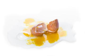 Huevo de gallina para la comida roto aislado sobre un fondo blanco