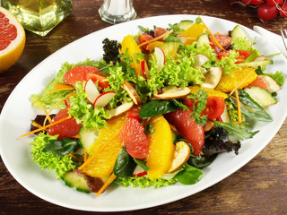 Gemischter Salat mit Fruchtfilets