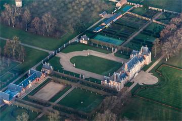Vue aérienne du château de Saint-Aubin-d'Ecrosville dans l'Eure en France