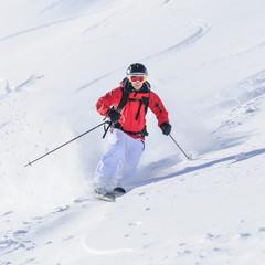 sportlich unterwegs auf Telemark-Skiern im freien Gelände