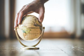 Männerhand greift auf Globus