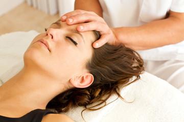 Masajes en la cabeza de una mujer. Vista de cerca