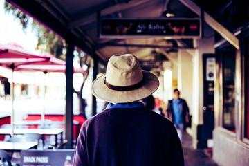 帽子を被った男性
