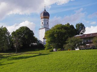 schöne alte Dorfkirche im Allgäu