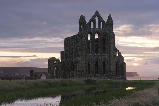 Monastery ruins in sunset light, Whitby Abbey, North Sea at back, Yorkshire, Great Britain, Europe
