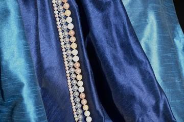 Perlen auf blauer Seide