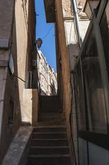 Corsica, 05/09/2017: lo skyline e i vicoli della città vecchia di Bonifacio, comune del sud dell'isola costruito su alte scogliere di calcare bianco