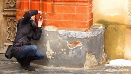 Ragazza che scatta una fotografia - turista ad Aosta