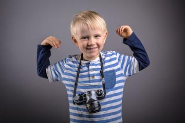 stolzer Junge mit Kamera