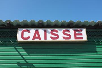 Caisse, panneau sous le toit, ciel bleu