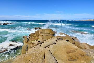 Belles vagues sur l'île Grande en Bretagne