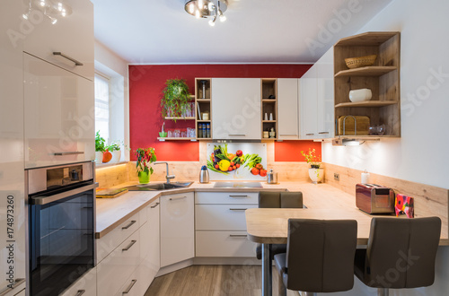 moderne u form k che mit glas spitzschutz und nischenverkleidung stockfotos und lizenzfreie. Black Bedroom Furniture Sets. Home Design Ideas