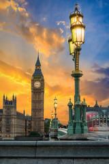 Fototapete - Der Big Ben in London nach Sonnenuntergang mit Straßen Beleuchtung