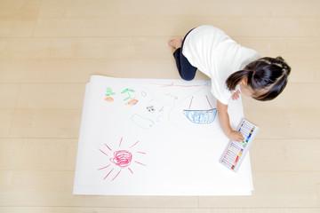絵を描く幼い女の子の俯瞰